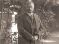 Carl Jung em frente à sua casa